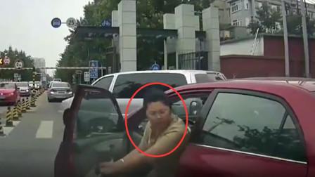 女司机强行加塞,还要故意别车,连续七八次!后车司机堵截,拽下车暴揍一顿!