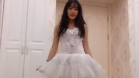 演出前候场的白色短裙少女,笑起来可真的甜呢