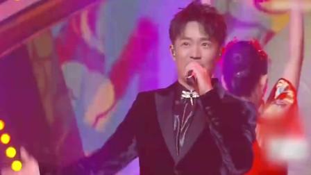 嗨翻了!凤凰传奇与ONER带来开场曲《红红火火中国年》,好喜庆!