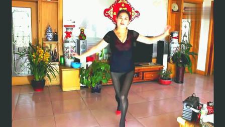 60岁阿姨大胆服装家中跳广场舞听说她要找个舞伴