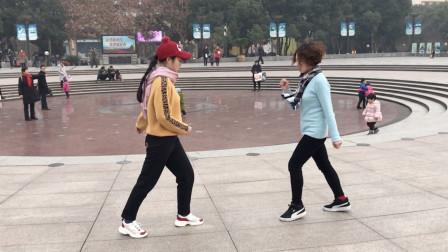 两位美女广场合跳鬼步舞,步伐整齐,动感飘逸,真好看!