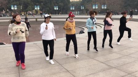 经典6姐妹鬼步舞《情路弯弯》,新年跳鬼步舞,会不会潮到没朋友