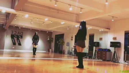 学妹穿着长筒靴跳舞,别有一番风味,看得眼睛不眨一下