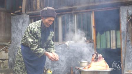 贵州农村孤苦老人,过年后到亲戚家拜年,提着礼物看着都心疼