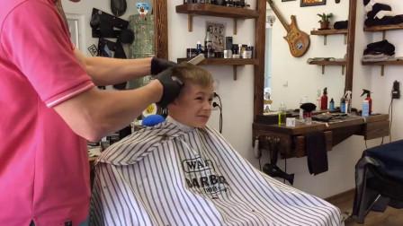 小男孩只是去剪个发,没想到理完后成了小男神!