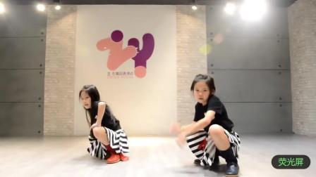 双胞胎女孩左左右右跳舞蹈的太棒了