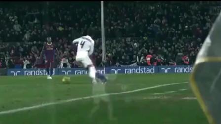 梅西太惨了, 被皇马5人围起来犯规, 球迷都想冲上去打人