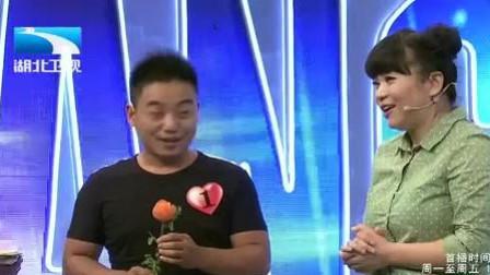 """河南小伙为""""村花""""赵美蓉而来,现场送赵美容萝卜花,太搞笑了"""