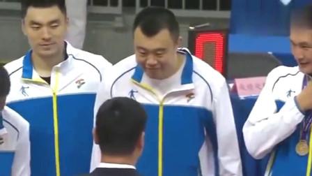 全运会男篮颁奖搞笑一幕! 姚明 周琦和郭艾伦你俩先把拉链拉上
