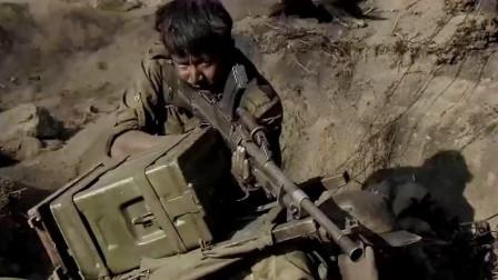 国军战士架着机枪疯狂扫射,打退日军迫击炮轰炸和冲锋,死守阵地