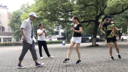 国内顶尖鬼步舞高手公园表演,疯狂大妈上来尬舞,你觉得谁更厉害