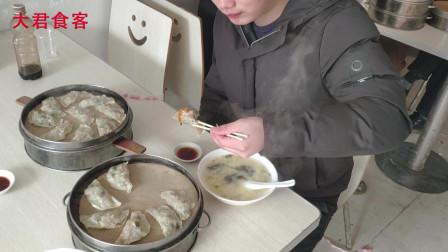 农村小伙吃早餐,点了两笼蒸饺两碗蛋汤,最后把辣油也喝完了!