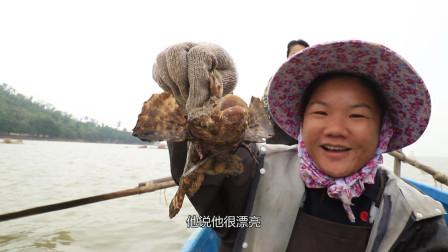 小渔父女出海收笼,今天的螃蟹太多了,还意外收获一条老虎鱼