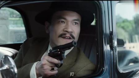 俩大佬拿枪互指,手下也打得不可开交,大佬A:要不咱俩先躲躲