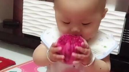 今天给闺女买了个火龙果,看着她安静的吃着火龙果,不哭也不闹好可爱!网友:又学了一招!
