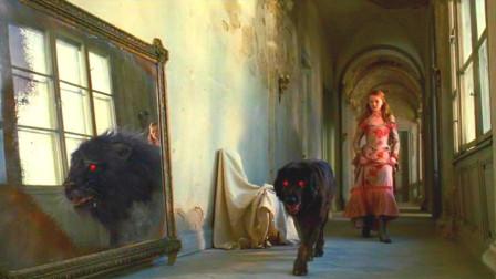 女孩养了一条小黑狗,可在经过镜子时,黑狗变成了黑狮子