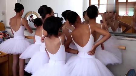 农村女孩相互化妆,一身芭蕾舞服太可爱了