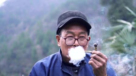 67岁老人孤守农村,整天与木工为伴,只为孩子回家时感觉到温暖