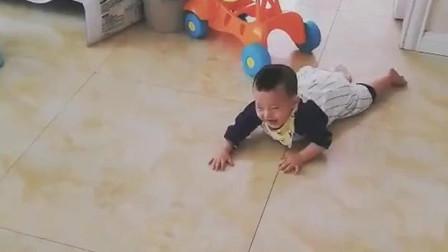 这个小宝宝火了,小手脚真麻利,倒着爬比正着爬快多了,网友直呼:以后不得了!
