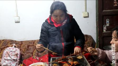 苗大姐半夜三更做烧烤,一家人吃了太饱,摄影师吃韭菜
