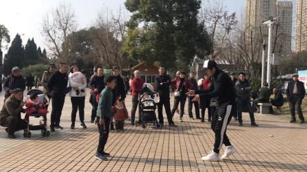 6岁小孩街头跳鬼步舞被围观,小伙情不自禁跟着蹦起来,太嗨了!