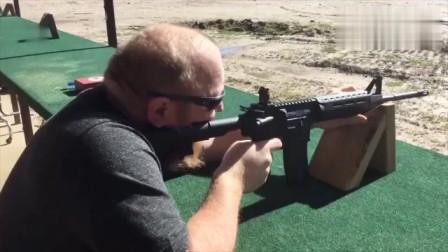 自动步枪靶场实弹射击测试,老外竟敢不带耳麦?