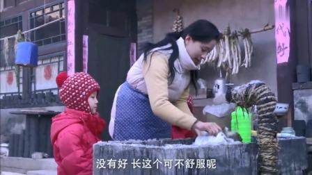大冬天的,女子刚出了月子就在院子里洗尿布,手都起了冻疮!
