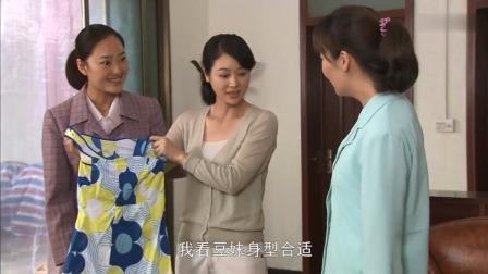 丈夫给妻子买了一件衣服,妻子竟当着他的面送给了别人,真行!