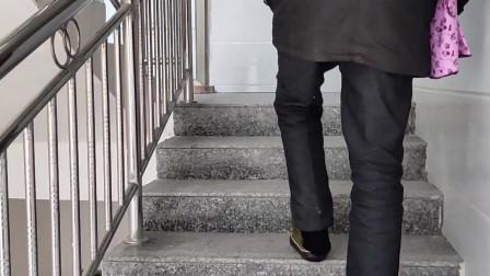 实拍贵州少数民族进新房,要举行仪式踩财门上高梯,你们哪里是这样吗?