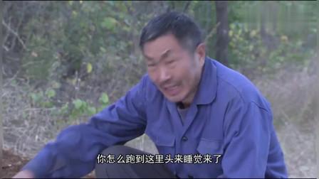 大爷在山上溜达,突然看到一群小孩躺在棺材坑里,顿时被吓坏了