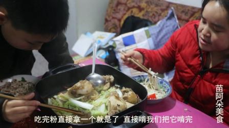 苗大姐给儿子做早餐,吃的牛肉粉,加2样辣椒吃太多