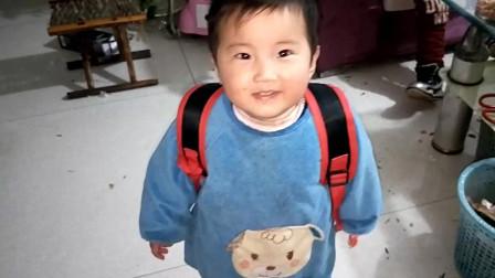 小萌娃趁哥哥不在 偷偷背上哥哥书包 妈妈问你想上学吗 宝宝 俺不