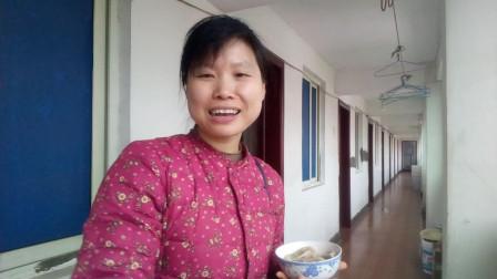 一个爱吃饭的妹子 哪哪都能拍吃播 今天吃三鲜味的北方水饺哦