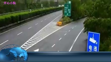无知小车高速急停转向,危险来临,被大货车撞成了渣渣