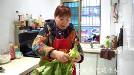 农村阿姨做了一道榨菜炒腊肉,再配点土鸡汤,晚餐就这样简单吃