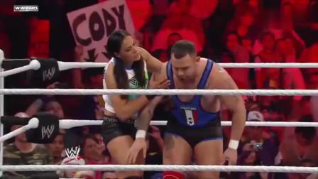 WWE:火辣美女强行扛走猛男,这是对上眼了!