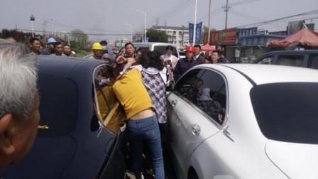 路怒女司机撞到摩托车女司机,两人动起手来不含糊,网友:真心比不了