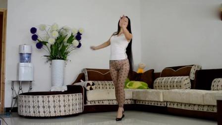 50岁阿姨家中秀舞姿 网友:再来一段好不好?