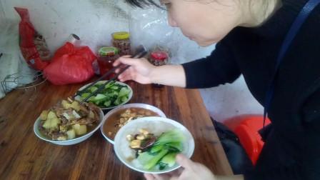 吃播视频 马铃薯炖鸡翅排骨 炒青菜 猪血炒豆腐 边吃边聊