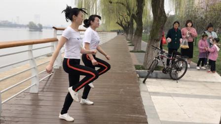 美女双胞胎鬼步舞,配合默契神同步,看一遍不过瘾!