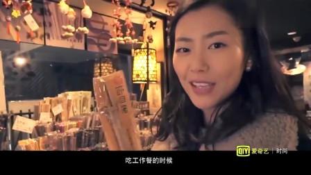 日本特色店,这里摆满整墙的筷子,刘雯把它们插在头上像古代美女