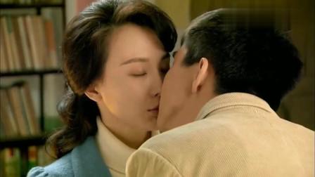 剧场:帅小伙带大龄女友办公室约会,两人甜蜜至极,拥抱亲吻。