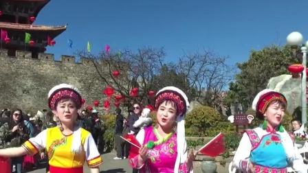 云南大理各族人民群众高唱《我爱你中国》,挥舞着国旗热血沸腾