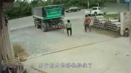 小伙发现不对劲,撒腿狂奔,视频拍下绝望的画面