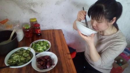 走过那片海吃播视频 煌上煌鸭脖+炒上海青+腌糖醋黄瓜 为什么饭还没吃完就匆匆结束吃播