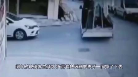 男子站在货车扶玻璃,没想到玻璃突然翻倒,男子被掩埋!