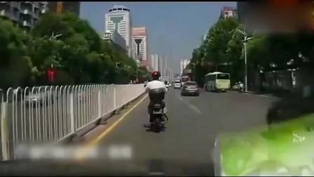 女司机转弯真有水平,这驾照是用钱买的吗?看着都吓人啊!