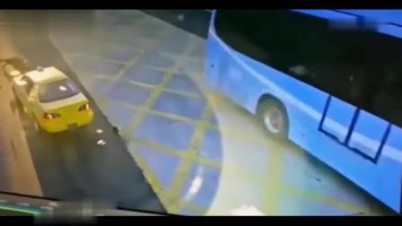 交警在路口指挥,刚一转身就发生意外,这下摊上大事了