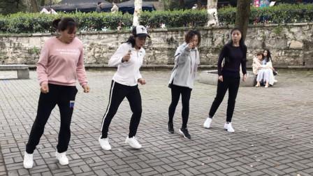 美女们广场齐跳鬼步舞《听心》,舞步动感,歌曲也好听!