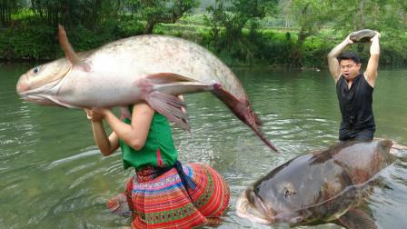 农村大哥大嫂户外生存,抓到大鱼后来顿烧烤,这样吃才过瘾